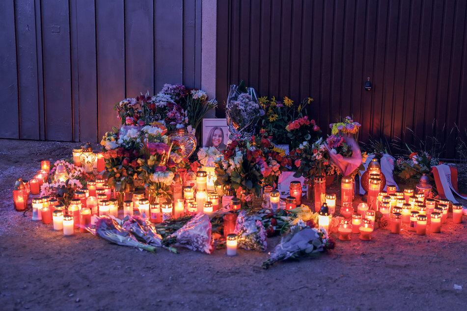 Ein Meer aus Blumen, Kerzen und Erinnerungen säumen den Ort des schrecklichen Verbrechens.