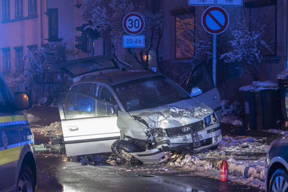 Bei seiner Flucht beschädigte der 30-Jährige mit dem Huyndai ein Wohnhaus und zwei Mopeds.