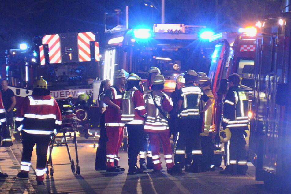 Großaufgebot: Über 120 Kräfte von Feuerwehr, Polizei und Rettungsdienst waren bei dem Brand in Neuss vor Ort.