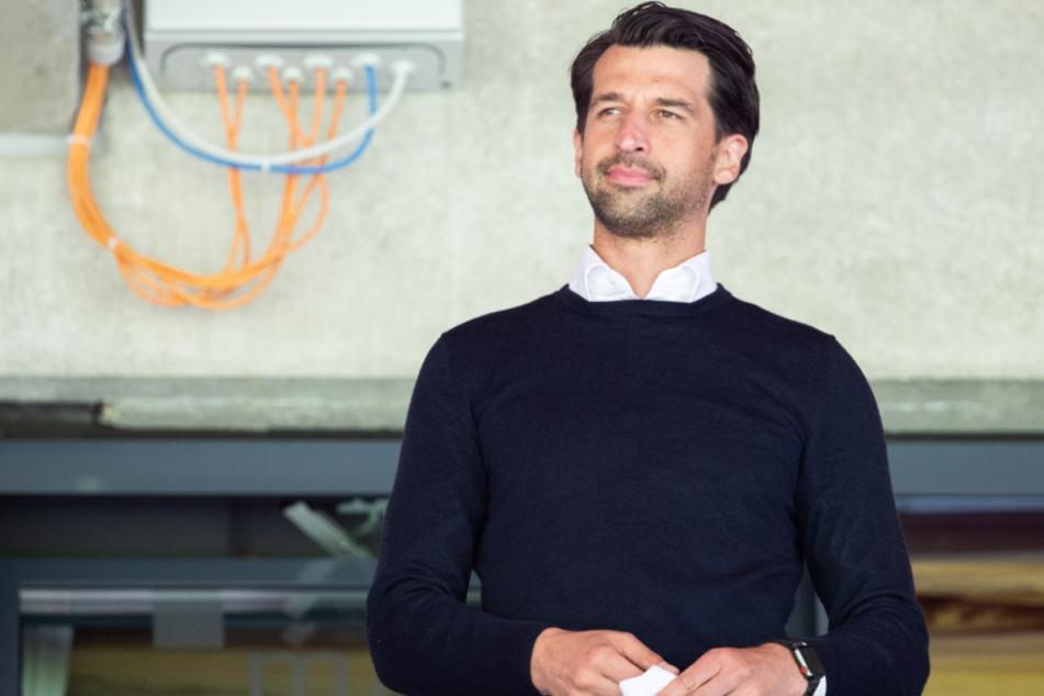 Jonas Boldt, Sportdirektor vom Hamburger SV, steht vor dem Spiel auf der Tribüne.