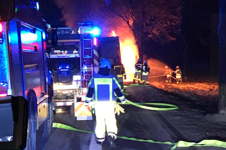 Am frühen Mittwochmorgen hat der Kühlanhänger eines Lkws in Grevenbroich gebrannt. Der Fahrer hatte das Feuer während der Fahrt bemerkt.