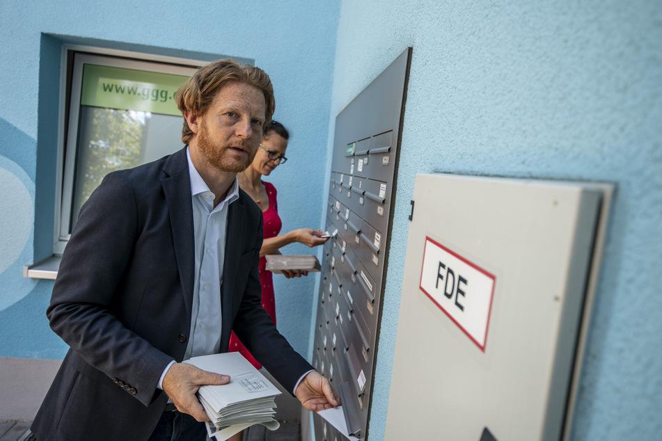 Baubürgermeister Michael Stötzer (47, Grüne) verteilte am Mittwoch die Umfragebögen in die Briefkästen der Brühl-Bewohner.