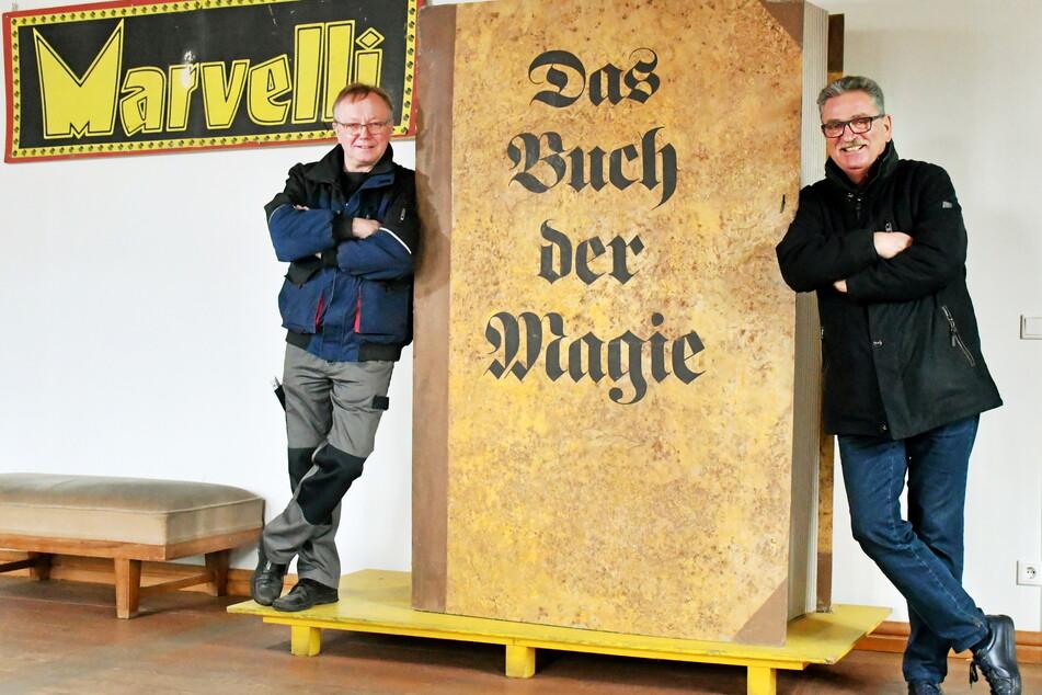 Vereinsvize Karl-Heinz Kaiser (68, l.) und Vereinssprecher Rolf Garmhausen (68) lehnen am großen magischen Buch, das zu den Originalrequisiten des Museums gehört.