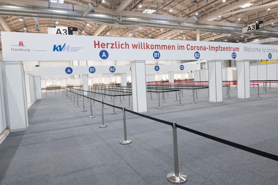 """Hamburg: """"Herzlich willkommen im Corona-Impfzentrum"""" steht über dem Eingangsbereich im Impfzentrum in den Messehallen."""