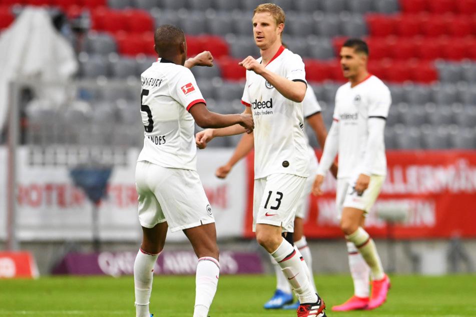 Martin Hinteregger (vorne-rechts) brachte Eintracht Frankfurt mit einem Doppelschlag noch einmal heran, schoss dann aber auch ein Eigentor.