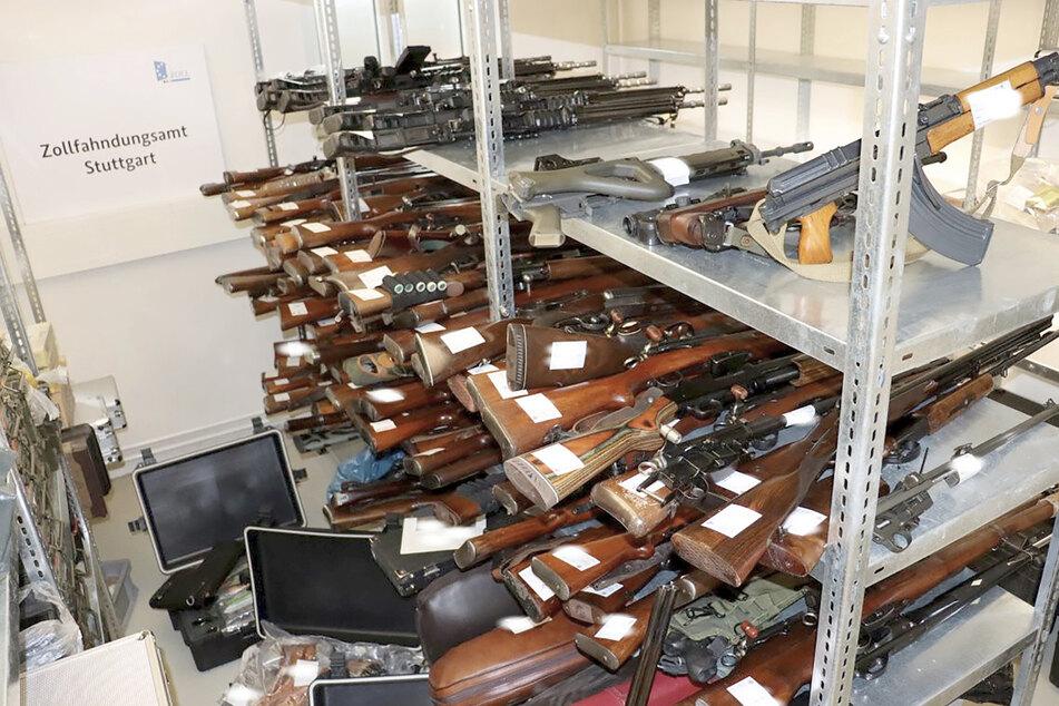 Dieses riesige Waffenarsenal und 8000 Schuss Munition finden Zollfahnder bei Jäger