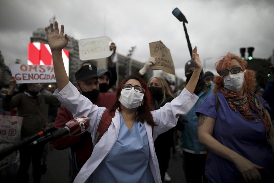 Demonstranten protestieren gegen die Corona-Maßnahmen der Regierung. Rund 70 Tage nach Beginn der recht strengen Ausgangsbeschränkungen in Argentinien sind Menschen in verschiedenen Städten gegen die Corona-Maßnahmen auf die Straße gegangen.
