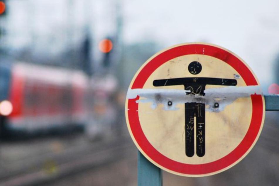 Mutprobe? Mann läuft auf Gleisen, Zug kommt gerade rechtzeitig zum Stehen