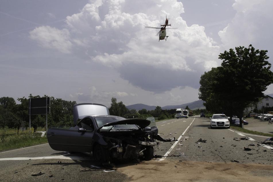 Dieser Wagen hat bei dem Unfall einiges abbekommen.