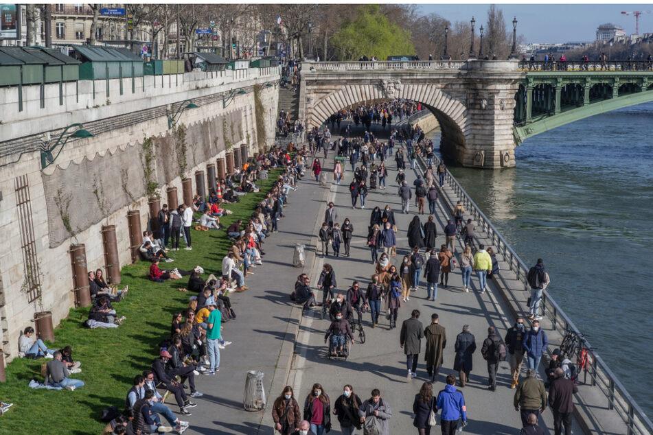 Auch in Frankreich sind Corona-Mutanten im Umlauf. Viele Menschen gehen am Seine-Ufer in Paris spazieren.