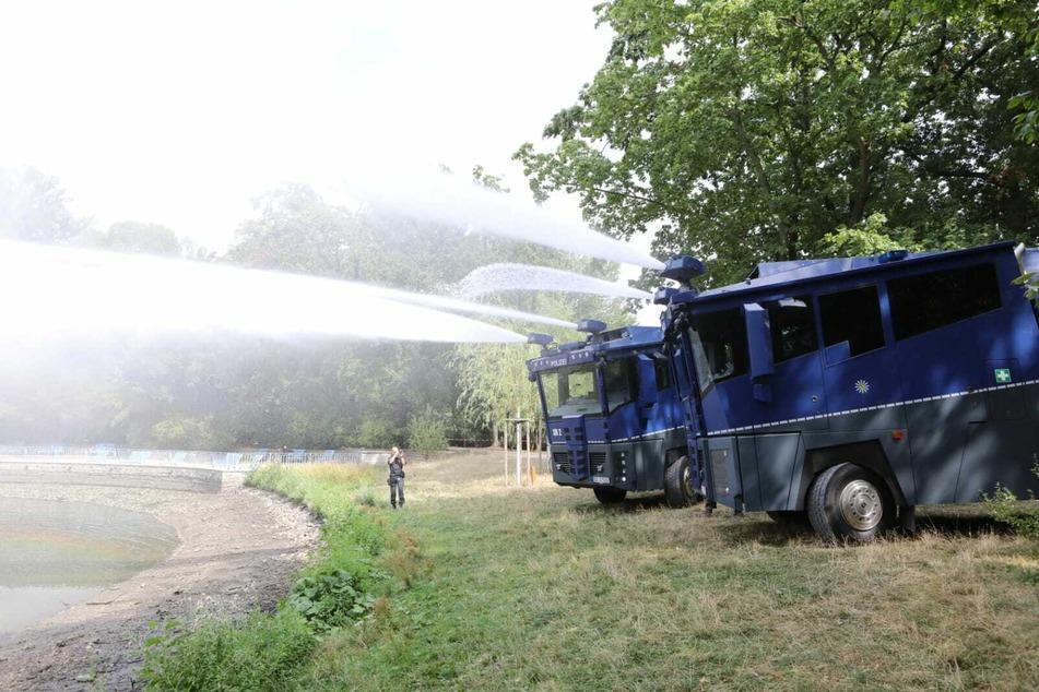 Mit Hilfe von Wasserwerfern wird der Inselteich wieder aufgefüllt.