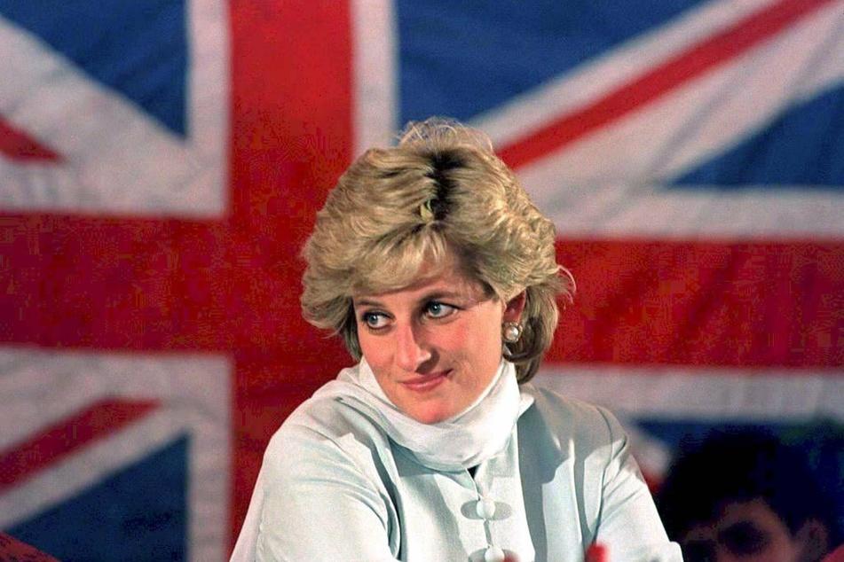 Prinzessin Diana im Februar 1996 vor der britischen Fahne in Pakistan.