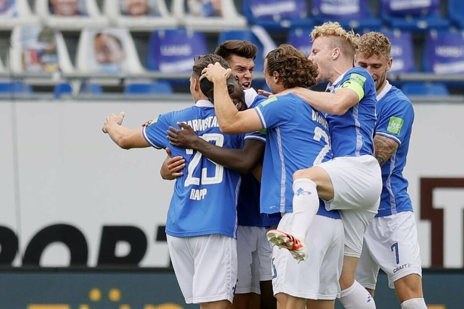 Jubel beim SV Darmstadt 98 nach einem Tor gegen Hannover. In der kommenden Saison laufen die Lilien im Streifen-Look auf.