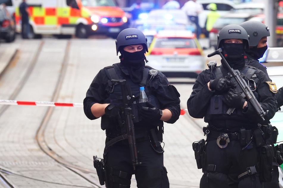 Die Polizei sperrte den Tatort in Würzburg nach der Messerattacke weiträumig ab.