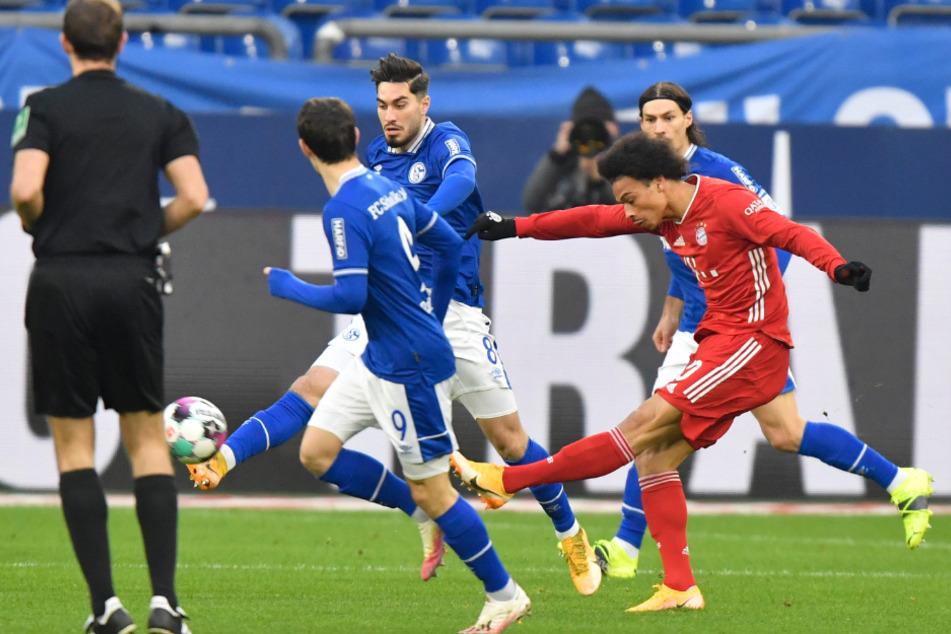 Leroy Sané zieht umzingelt von Schalker Spielern ab. Der Münchner Königstransfer durfte von Beginn an ran.