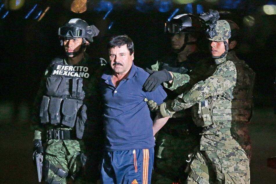 """Drug lord Joaquin """"El Chapo"""" Guzman is taken back to the maximum-security Altiplano prison by Mexican soldiers in a military helicopter in January 2016 (archive image)."""