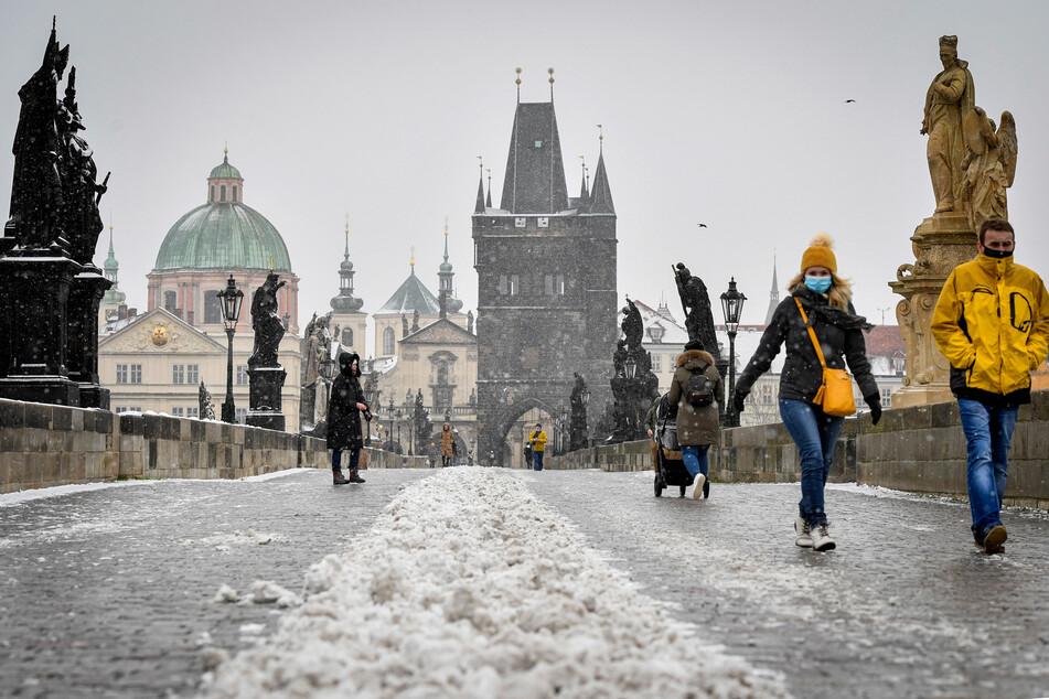 Auch auf der Karlsbrücke in Prag gilt wegen Corona: Abstand halten!