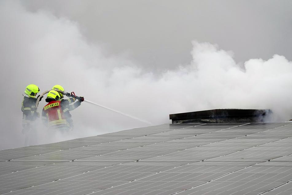 Chemnitz: Feuerwehreinsatz in Chemnitz: Brand in Solaranlage