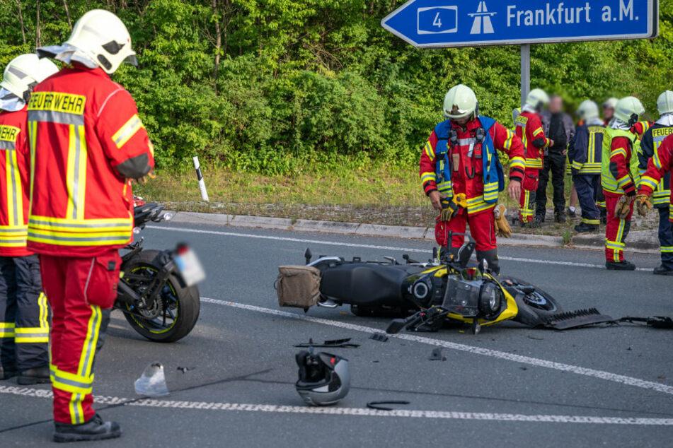 Frontalcrash an Autobahnauffahrt: Biker kracht in Auto