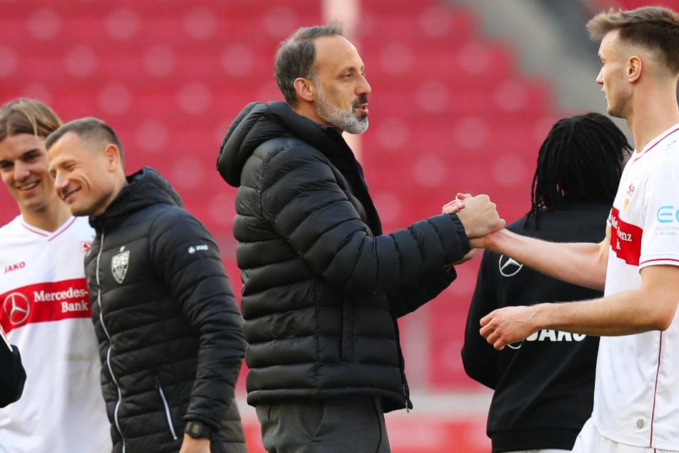 Coach Pellegrino Matarazzo (l., 43) bedankt sich nach dem Sieg gegen Werder Bremen bei seinem Stürmer Sasa Kalajdzic (r., 23).