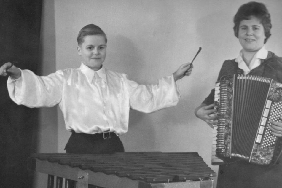 1960: Bernd übt als Achtjähriger mit seiner Mutter Marga für künftige Auftritte.