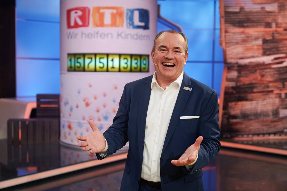 Der Moderator Wolfram Kons freut sich beim beim 25. RTL Spendenmarathon über die Rekordspendensumme von über 15,7 Millionen Euro.