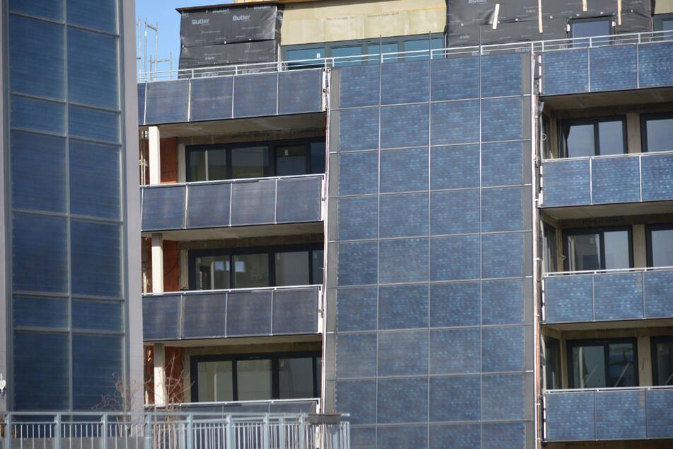 Solarmodule bedecken die Hausfassaden der Wohnanlage Abteiweg in Chemnitz.