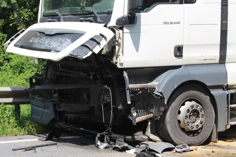 Der Lkw-Fahrer kam mit leichten Verletzungen in eine Klinik.
