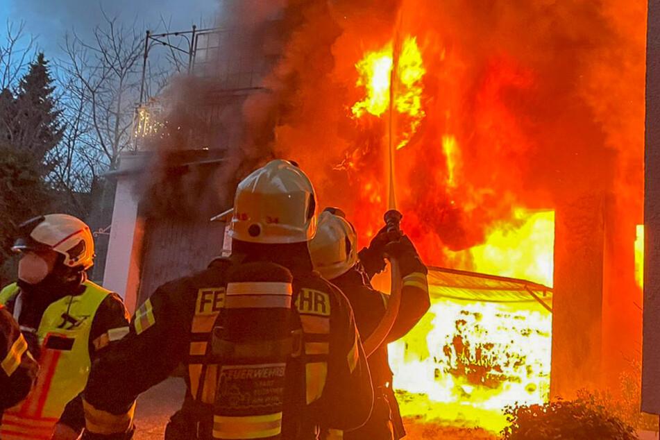 Das Feuer griff von der Garage auch auf das Wohnhaus über.