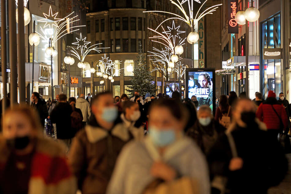 15.12.2020, Nordrhein-Westfalen, Köln: Viele Menschen gehen am Vorabend des Lockdown durch die Einkaufsstraße Schildergasse.
