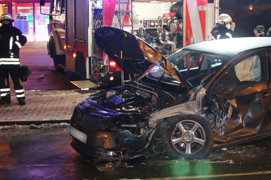 Auto rutscht von Parkplatz und knallt gegen Straßenbahn: 20.000 Euro Schaden