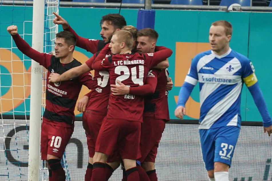 Nürnberg jubelt über das 1:0: Bei Darmstadts Kapitän Fabian Holland schwillt die Halsschlagader.