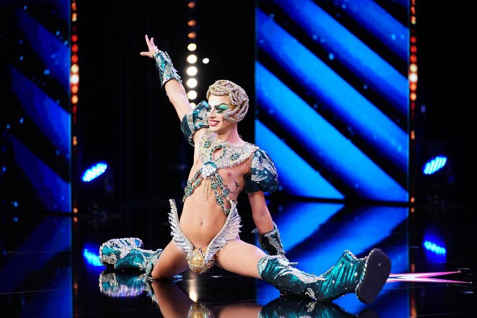 """Die Opern singende Dragqueen David Batista (22) betritt nur mit einem goldenen Schnatz und Mega-High-Heels bekleidet die """"Supertalent""""-Bühne."""
