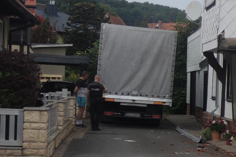 Irrer Unfall: Betrunkener Lastwagenfahrer rast in Sackgasse