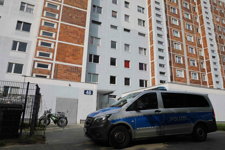 Leiche in Hochhaus gefunden: Polizei nimmt Verdächtigen fest