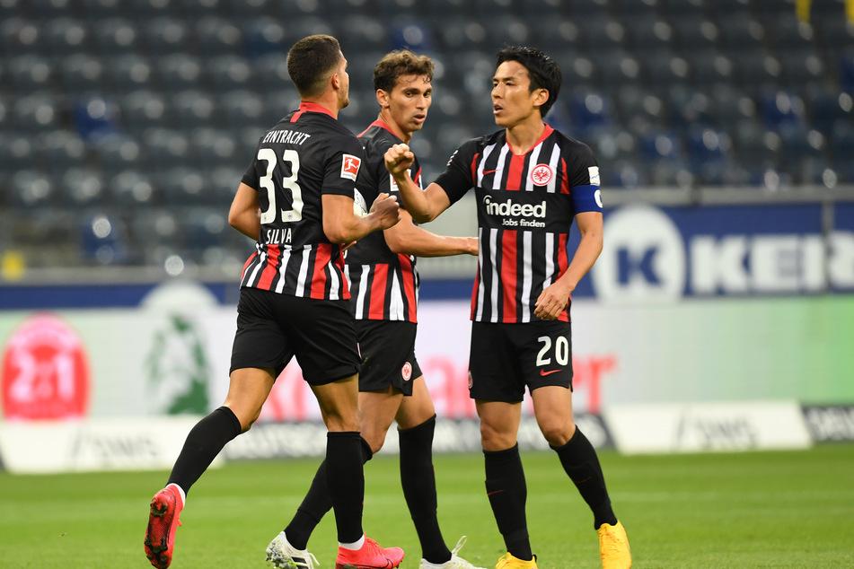 Makoto Hasebe (r.) und Lucas Torró (m.) bejubeln den Frankfurter Treffer zum 1:1 durch André Silva (l.).