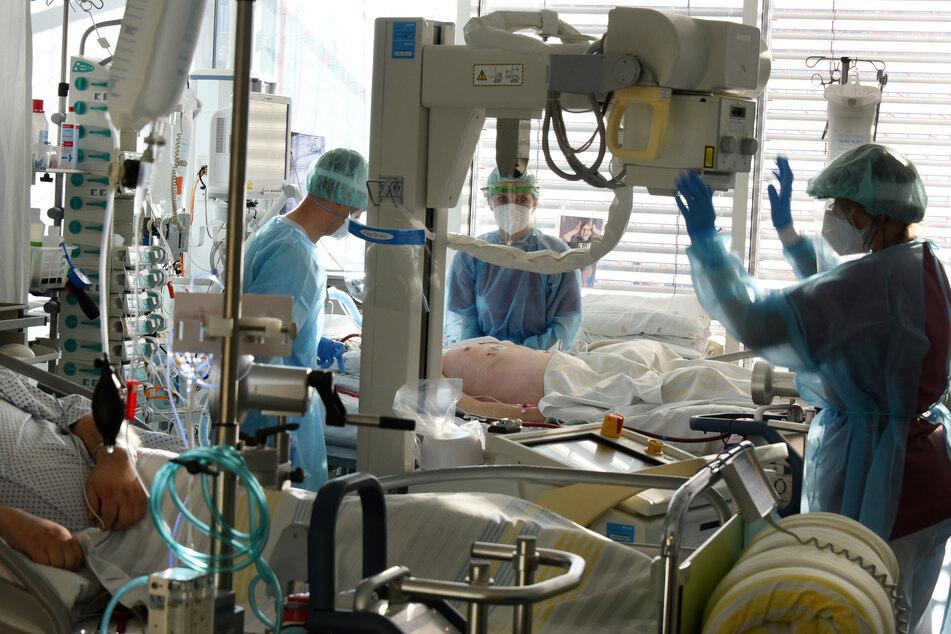 Auf der Covid-19-Station, einem Bereich der Operativen Intensivstation des UKLs, wird ein Patient geröntgt.