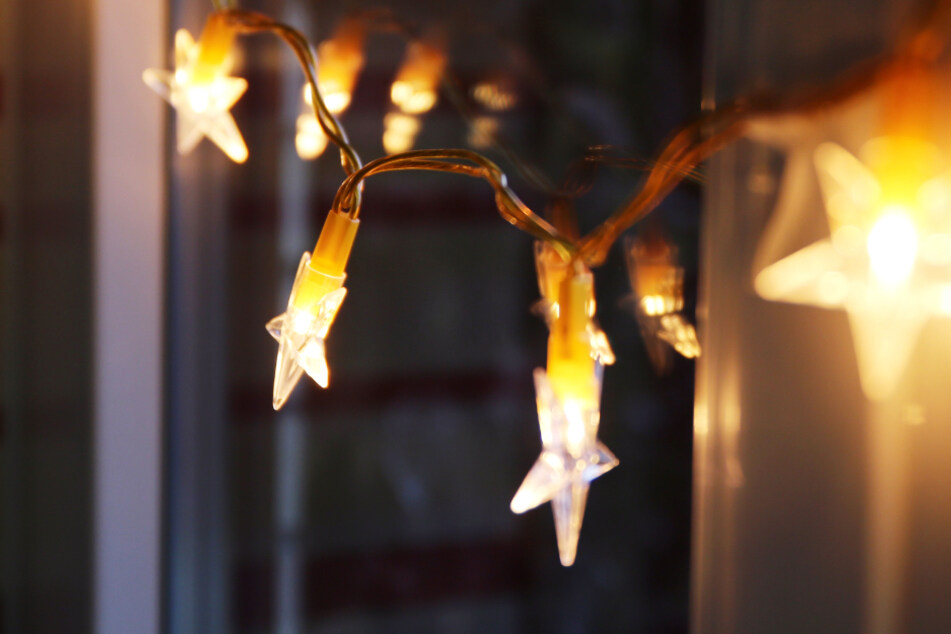 Eine LED-Lichterkette hängt an einem Fenster: Die Adventszeit naht (Symbolbild).