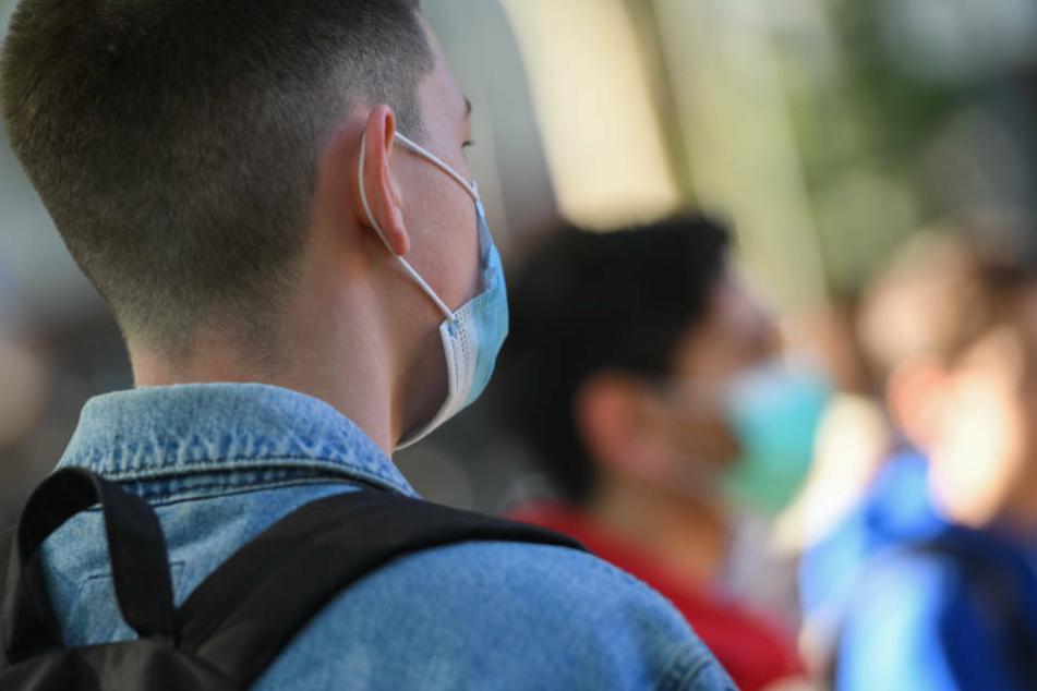 Schüler der E-Phase im Heinrich von Gagern-Gymnasium im Stadtteil Ostend tragen Mundschutz, während sie vor Unterrichtsbeginn in die Hygieneregeln eingewiesen werden.