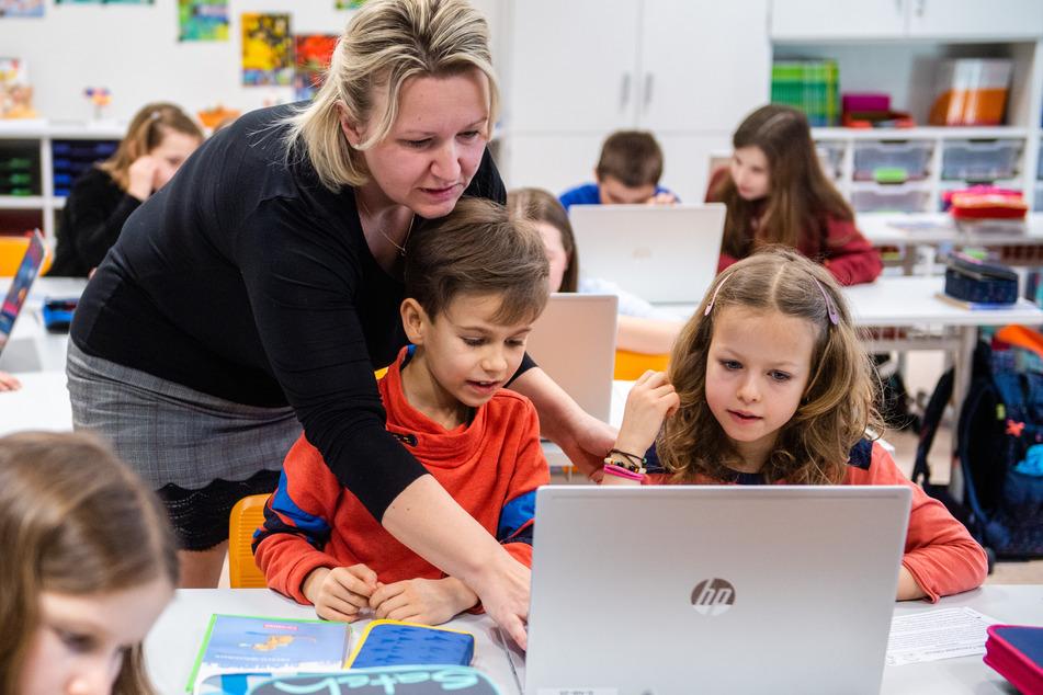 """Kinder der """"Georgius Agricola""""-Grundschule arbeiten im Unterricht mit Laptops und Tablets."""