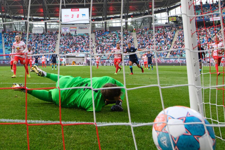 Leipzig Emil Forsberg (l.) verwandelt den Elfmeter zum 0:4. Es folgten noch vier weitere Treffer.