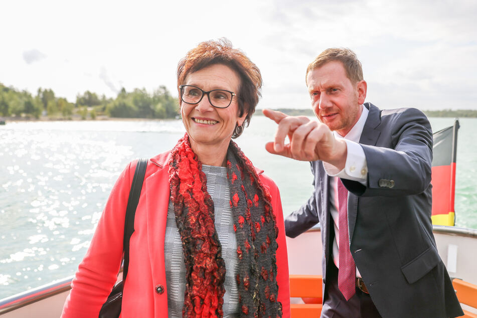 """Gabriela Lantzsch (60, parteilos), Bürgermeisterin von Großpösna, und Michael Kretschmer (46, CDU), Ministerpräsident von Sachsen, fahren anlässlich des Jubiläums zur schwimmende Kirche """"Vineta"""" über den Störmthaler See."""
