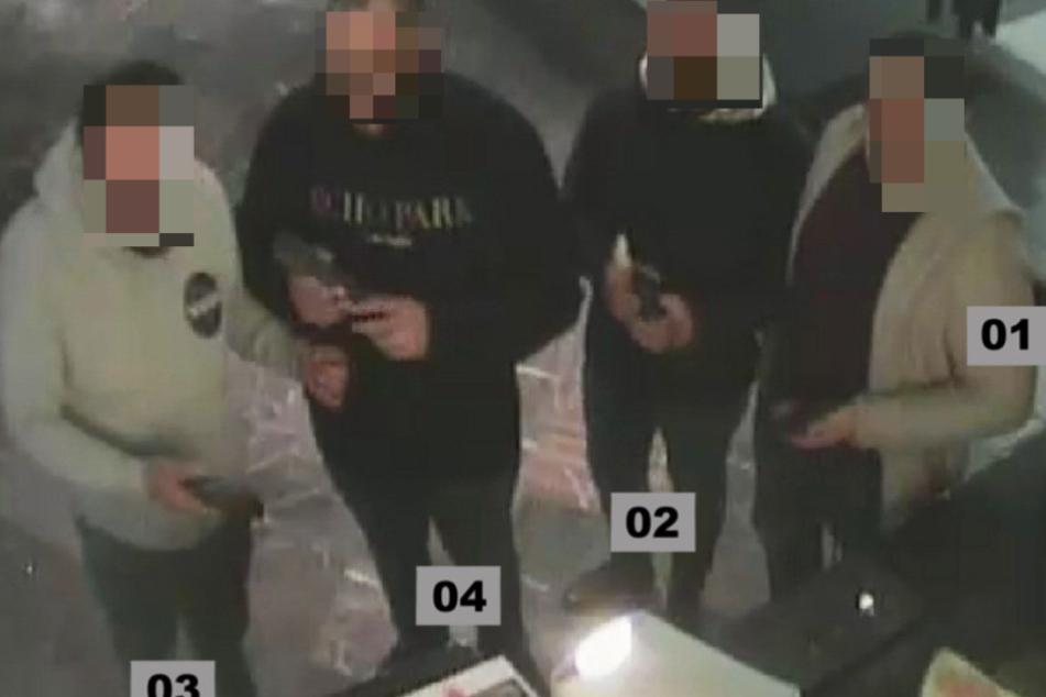 Diese vier Männer sollen den Tatort zuvor ausgespäht haben.
