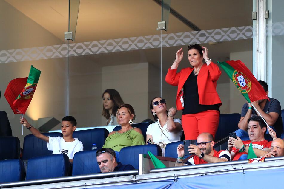 Wann möglich fiebert Dolores Aveiro (66, r.) ihrem Sohn im Stadion zu. Dieser macht ihr es jedoch in Zukunft etwas schwerer.