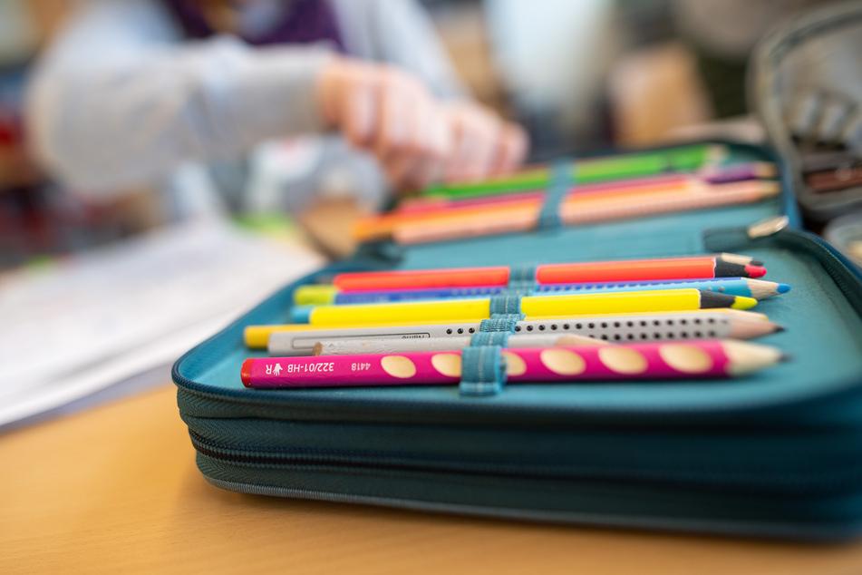 Ein Mäppchen liegt in einer Grundschule auf einem Tisch. (Symbolbild)