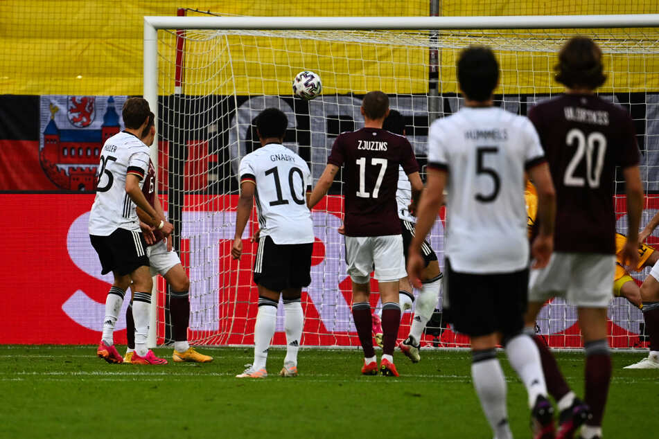 Satter Strahl! Ilkay Gündogan (5.v.l., verdeckt) legt mit diesem Schuss in den linken Winkel das 2:0 für Deutschland nach.