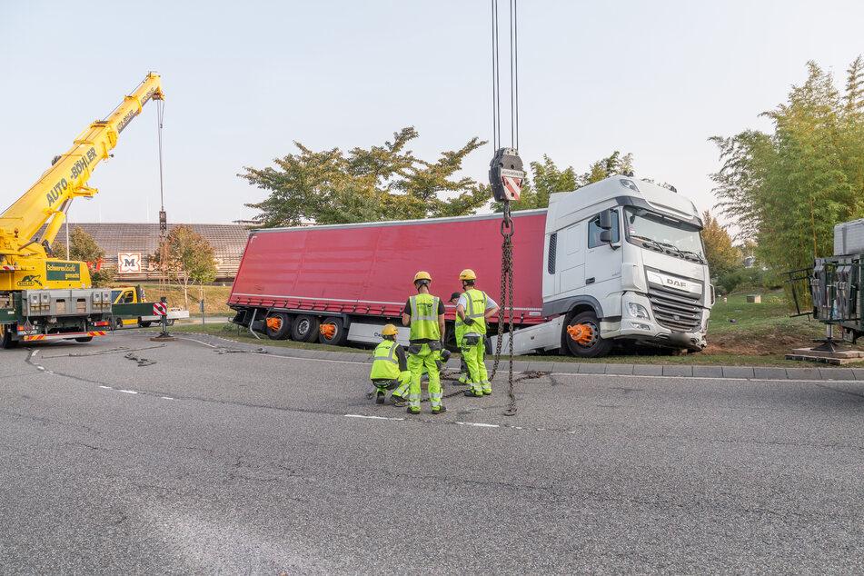 Betrunkener Lastwagenfahrer fährt auf Kreisverkehr und steckt fest