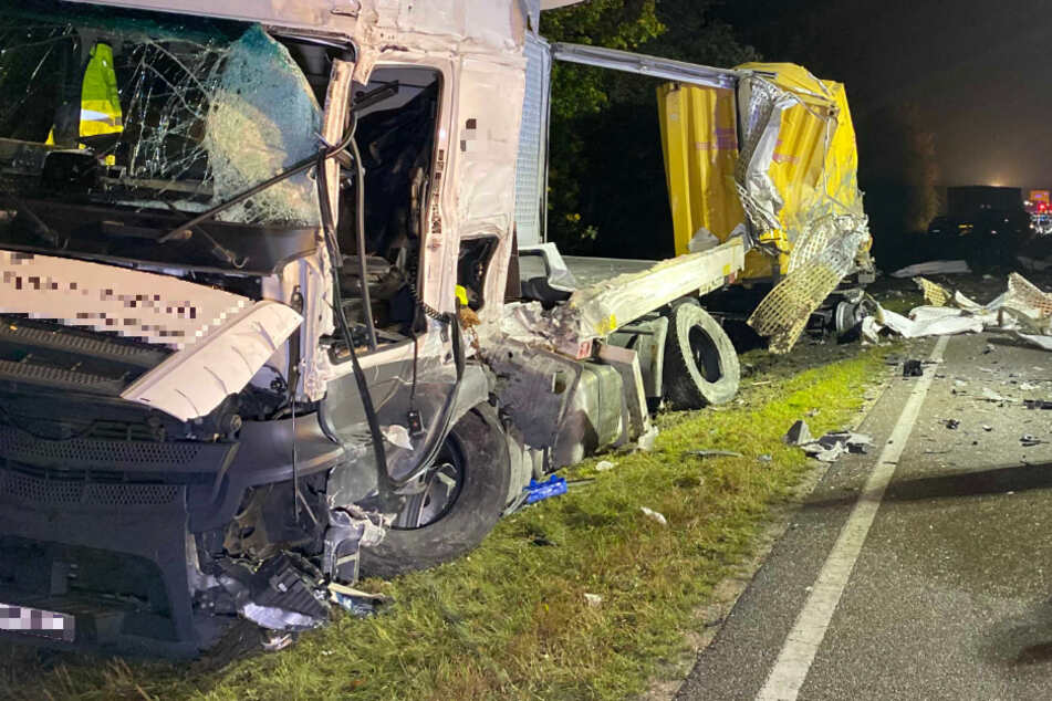 Beim Zusammenstoß von zwei Lastwagen im Landkreis Weißenburg-Gunzenhausen sind zwei Menschen schwer verletzt worden.