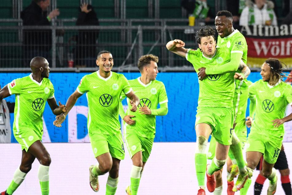 Wolfsburgs Wout Weghorst (3.v.r.) jubelt mit Wolfsburgs Dodi Lukebakio nach seinem Tor zum 1:1.