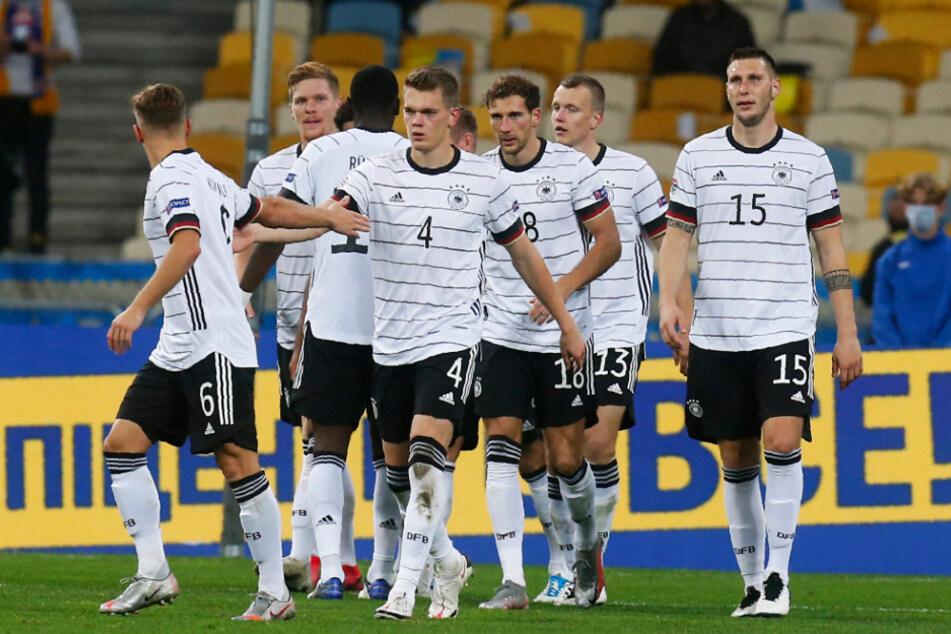 Jubel über einen verdienten Sieg: Matthias Ginter (M.) und Leon Goretzka (3.v.r.) erzielten die deutschen Treffer in der Ukraine.